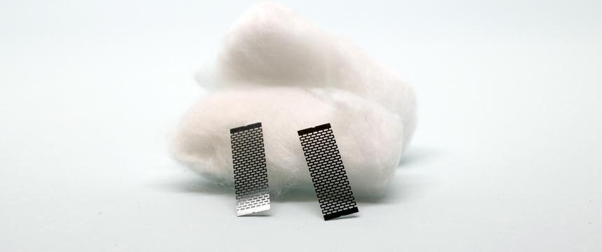 Photo des deux feuilles de mesh et du coton par Geekvape pour son atomiseur Zeus Mesh.